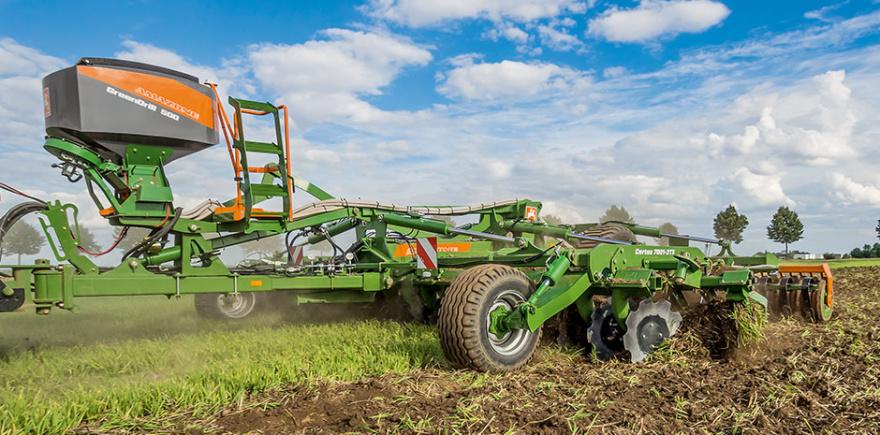 Установив на Certos 7001-2TX высевающий модуль GreenDrill 500, можно вести посев промежуточных культур за один проход вместе с обработкой почвы.