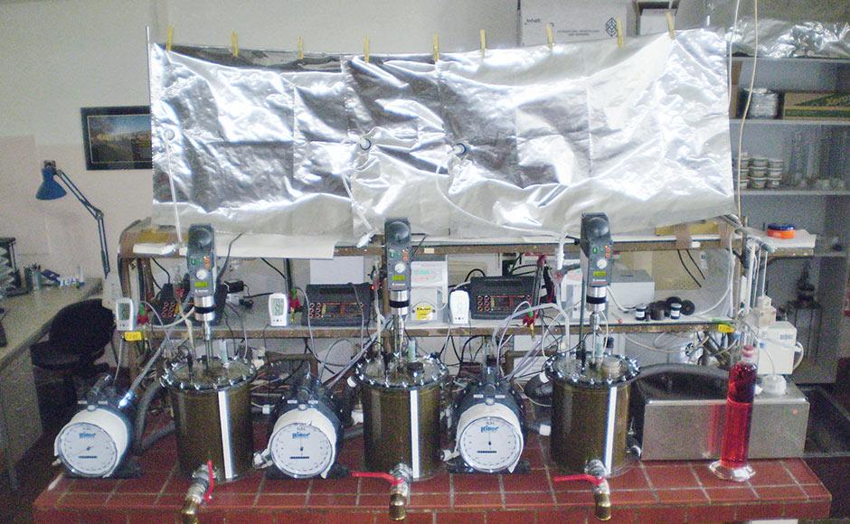 Лабораторная биогазовая установка. Вбиогазовой лаборатории Университета г. Росток проводят различные исследования, включая опыты посбраживаемости субстрата иопределению уровня его кислотности.