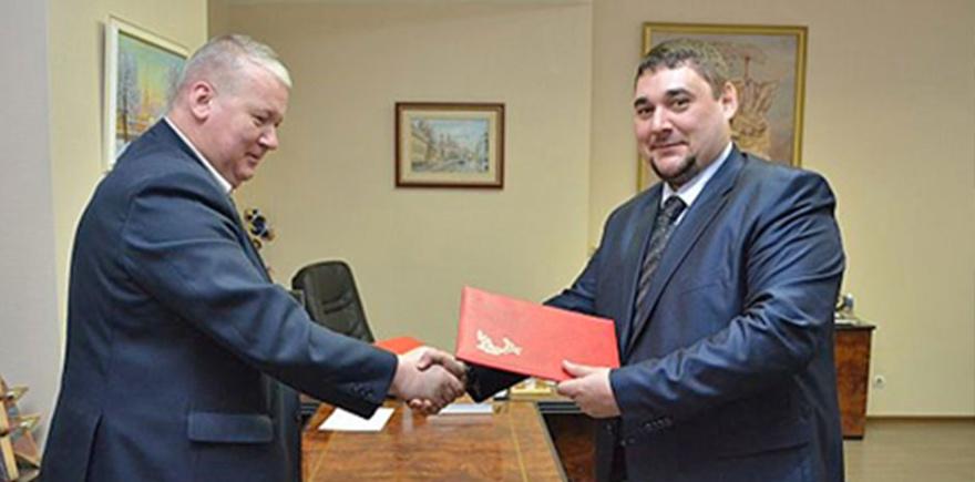 Исполнительный директор ООО «ОТЗ» Дмитрий Сапожков и ректор ПетрГУ Анатолий Воронин.