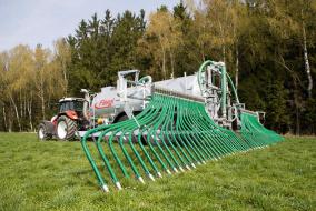 Благодаря наконечникам из высококачественной стали устройство Universal 240 для щелевого внесения навозной жижи способно вносить жидкую «органику» в почву на глубину до 15 см.