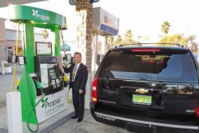Типичная заправка наюге Калифорнии: изтрех колонок одна – длявозобновляемого иболее дешевого посравнению страдиционным топлива Е 85 (содержит 85% биоэтанола).