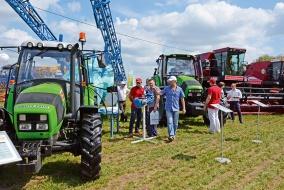 В стационарной экспозиции были выставлены и тракторы, и комбайны, и опрыскиватели, и почвообрабатывающая техника всех известных российским аграриям брендов. @ Фото: Е. Герасименко