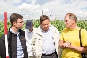 Обсуждение результатов исследований, изложенных в докладе Егора Березовского (в центре), продолжилось и в полях. @ Фото А.Андреев