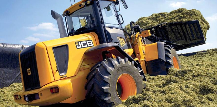 Одним из участников российского демотура по животноводческим хозяйствам стал силосный трамбовщик JCB 434S. @ Фото: фирма