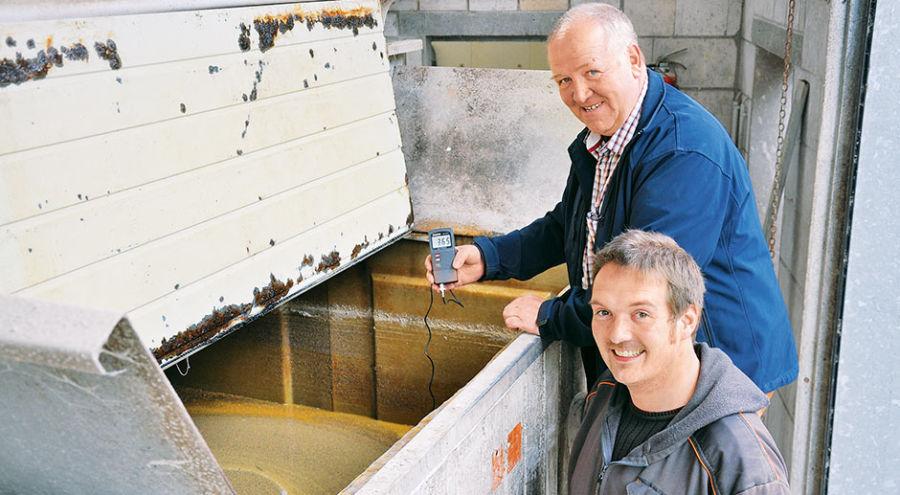 Консультант по кормлению Клаус Беменбург натолкнул Бернда Эльсбеккера (на переднем плане) на идею ферментации рапса. @ Фото: Hungerkamp